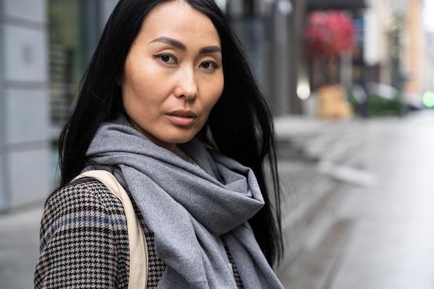 Азиатская модель в шарфе
