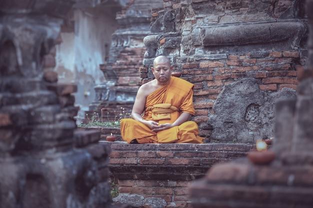 Азиатский монах медитирует в храме