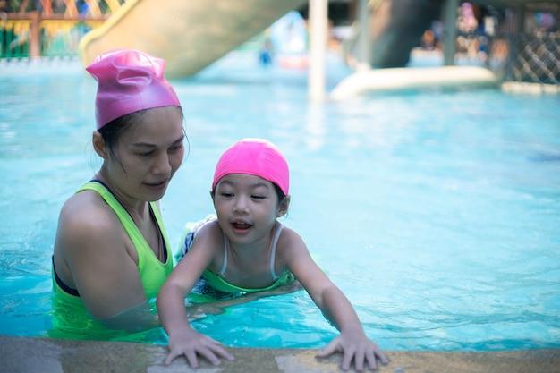 아시아 어머니와 딸이 수영장에서