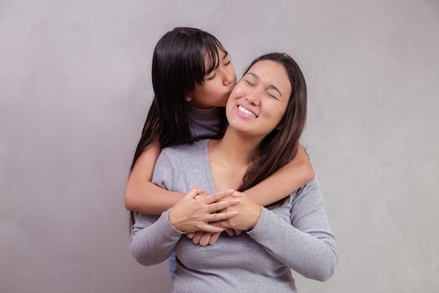 텍스트에 대 한 공간을 가진 배경에 아시아 어머니와 딸. 어머니의 날 개념