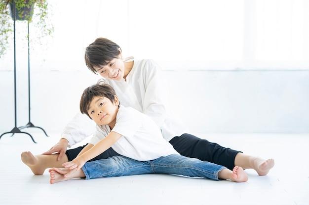 아시아 어머니와 그녀의 소년 요가 하 고