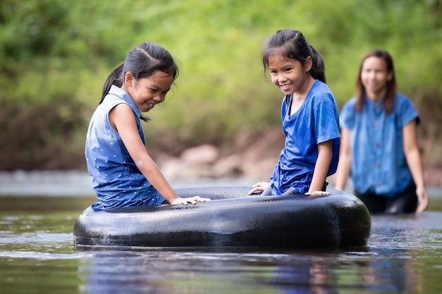 아시아 어머니와 함께 강에서 노는 그녀의 딸