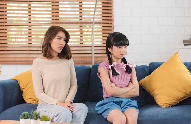 아시아 인 어머니는 집에서 딸과 싸우고 있습니다. 가족 관계 개념