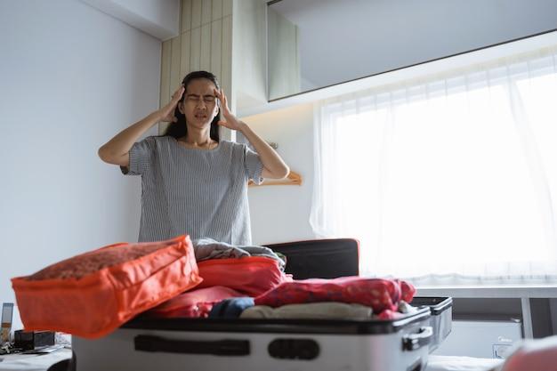 У азиатской мамы болит голова при приготовлении одежды и сумок