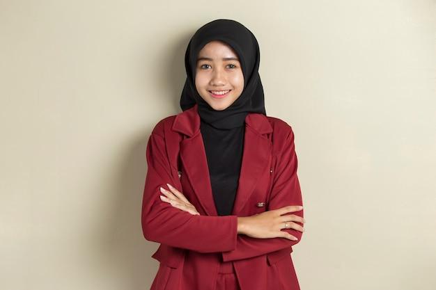 공식적인 복장과 우아한 외모와 함께 hijab를 입고 아시아 이슬람 비즈니스 여자.