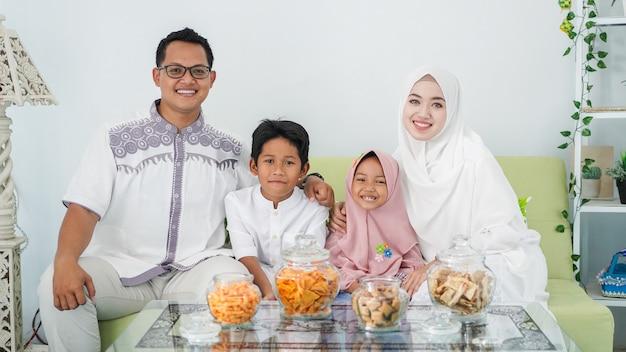 아시아 무슬림 가족들이 식사를 즐기면서 함께 eid를 축하합니다