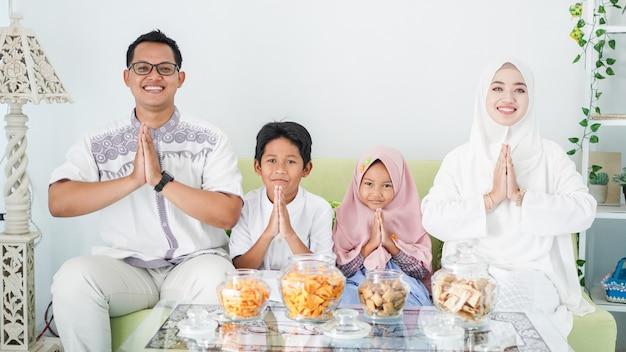 아시아 무슬림 가족은 사과 제스처를 즐기면서 함께 eid를 축하합니다