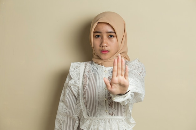 아시아 이슬람 hijab 여자 쇼 중지 손 제스처