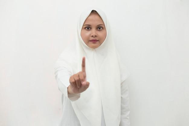Азиатская мусульманская женщина в хиджабе показывает жест рукой