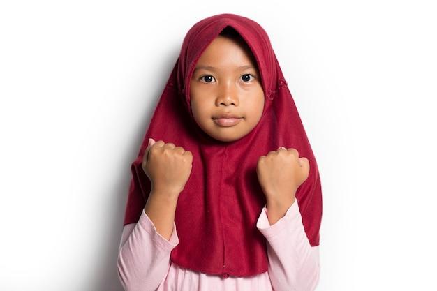 白い背景の上のアジアのイスラム教徒の少女