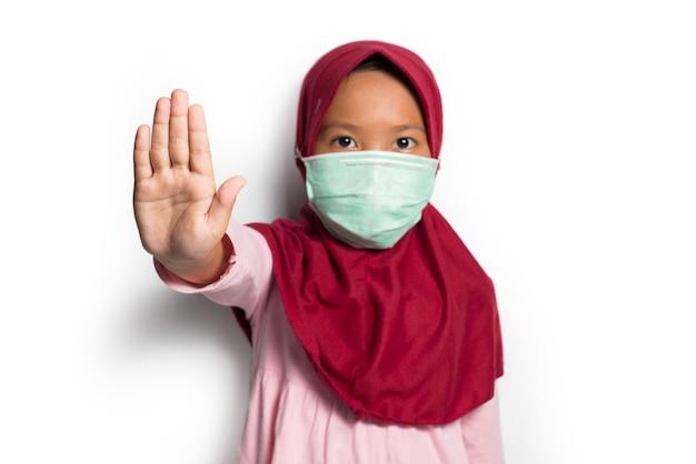 흰색 배경에 아시아 이슬람 소녀