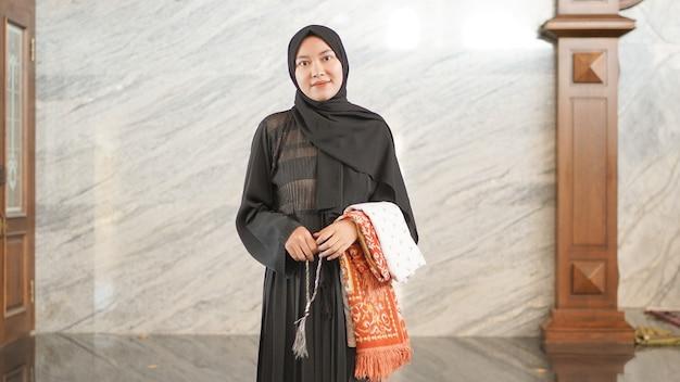 モスクで崇拝した後のアジアのイスラム教徒の女性
