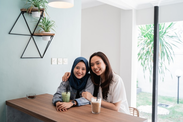 カフェで一緒にアジアのイスラム教徒の女性のベストフレンド