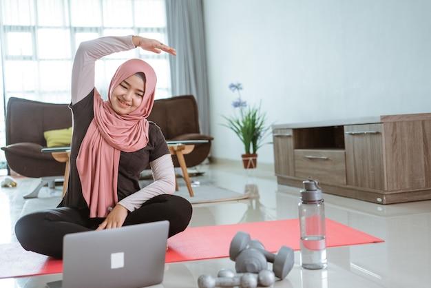 自宅で運動やスポーツをしているアジアのイスラム教徒の女性