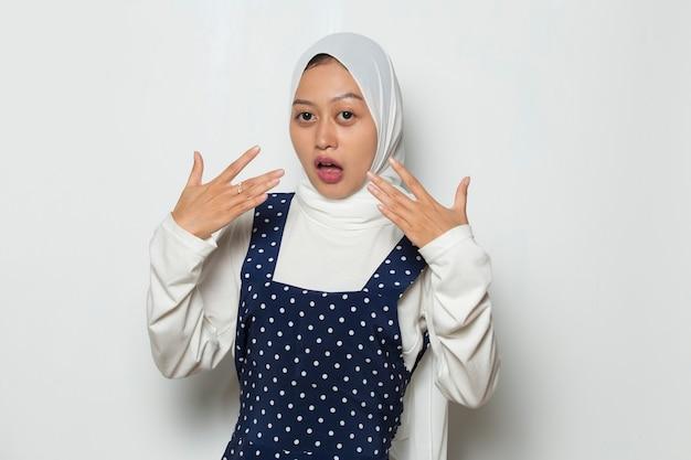 辛くて辛い食べ物を食べるアジアのイスラム教徒の女性