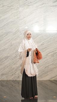 アジアのイスラム教徒の女性がモスクで祈りを終える