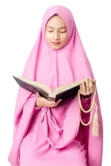 数珠を保持しているとコーランを読んでベールのアジアのイスラム教徒の女性