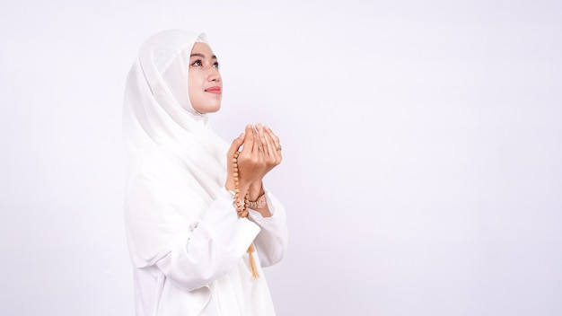 Азиатская мусульманская женщина молится изолированные