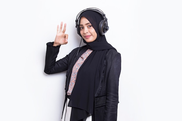 白い背景で隔離のヒジャーブオペレーターカスタマーサービスを身に着けているアジアのイスラム教徒の女性