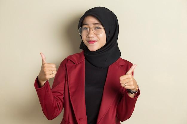 손 제스처와 확인 서명을 만드는 안경 hijab를 입고 아시아 무슬림 여성