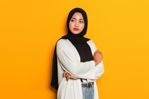 Азиатская мусульманская женщина со сложенными руками