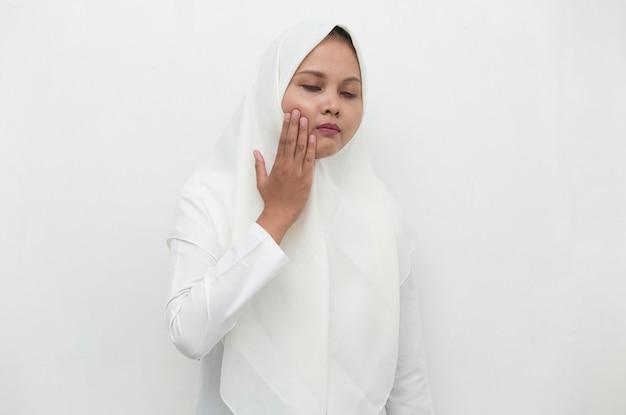 Азиатская мусульманка с зубной болью портрет женщины, страдающей от зубной боли, кариеса, чувствительности зубов