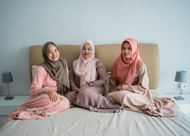 Азиатская женщина-мусульманка любит общаться в чате сидя на кровати