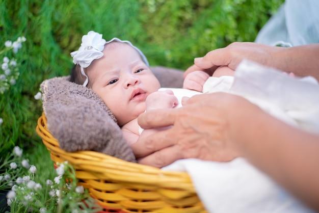 アジアの新生児。素敵な子供と親の小さな子供。赤ちゃんとお母さん。愛を込めた新しい家族のライフスタイル。