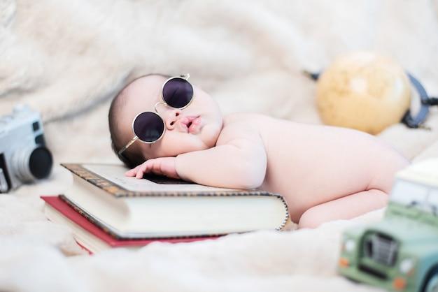 アジアの新生児。素敵な子供と親の小さな子供。
