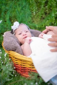 아시아 신생아. 사랑스러운 아이와 부모의 어린 아이.