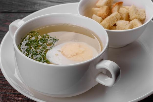 아시아 누들 수프, 닭고기, 야채, 계란을 흰 그릇에 넣은 라면