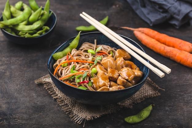 鶏肉と箸でアジアンヌードル