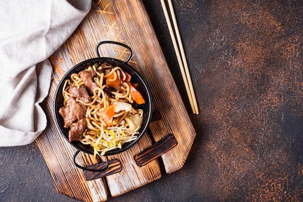 肉と野菜のアジアンヌードル Premium写真