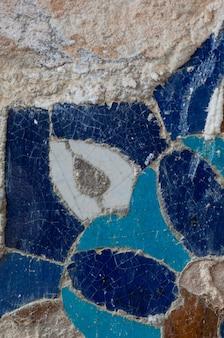 アジアの古いセラミックモザイク。セラミックタイルの東洋の装飾の要素
