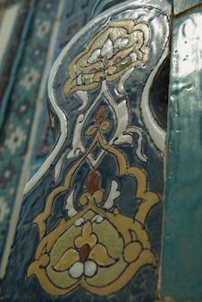 아시아 오래 된 세라믹 모자이크입니다. 세라믹 타일에 동양 장식 요소