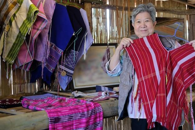태국 북부의 카렌 언덕 부족에서 전통적인 태국 직물 블라우스를 보여주는 아시아 노인 여성 노인 여성