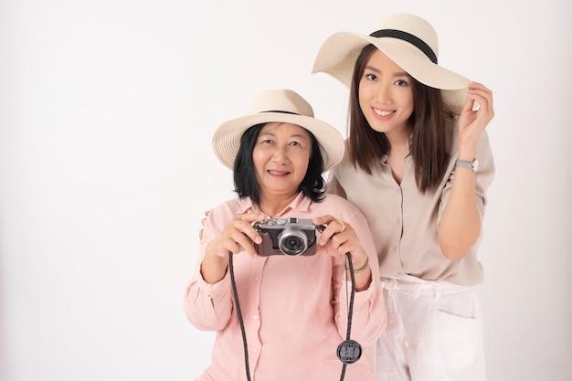 Азиатская пожилая женщина и ее дочь, концепция путешествия