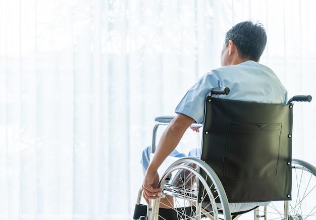 Азиатская терпеливая кресло-коляска в пустой комнате