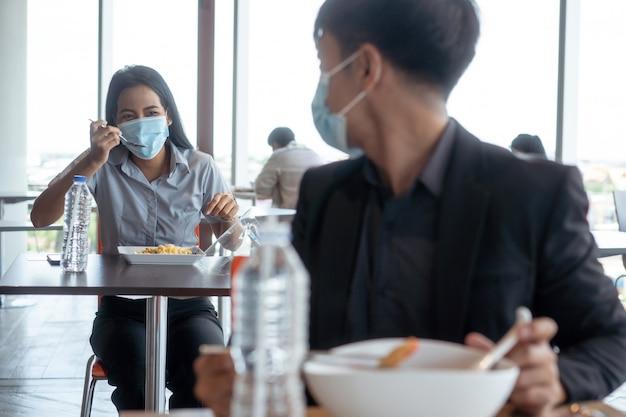 アジアの人々はフードコートで昼食をとります。