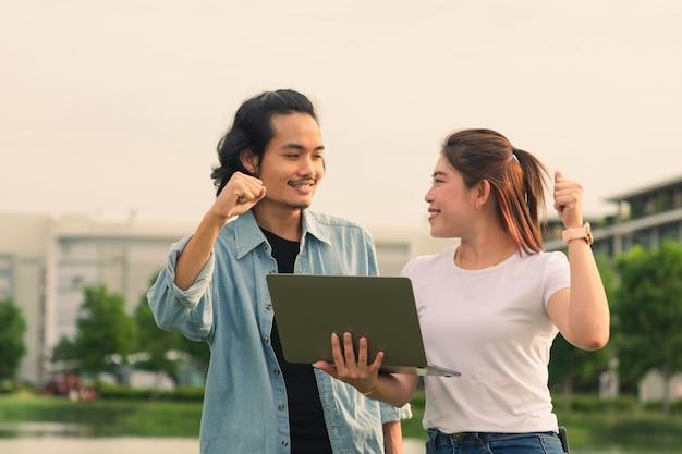 대학에서 여름 야외에서 컴퓨터 노트북을 사용하는 아시아 사람들