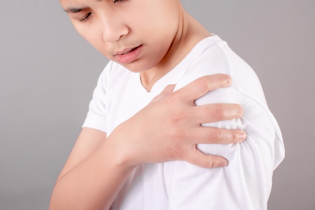 Asian people have shoulder pain due to exercise or sitting for a long time.