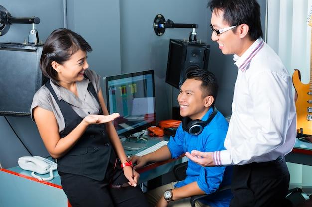 녹음 스튜디오에서 아시아 사람들