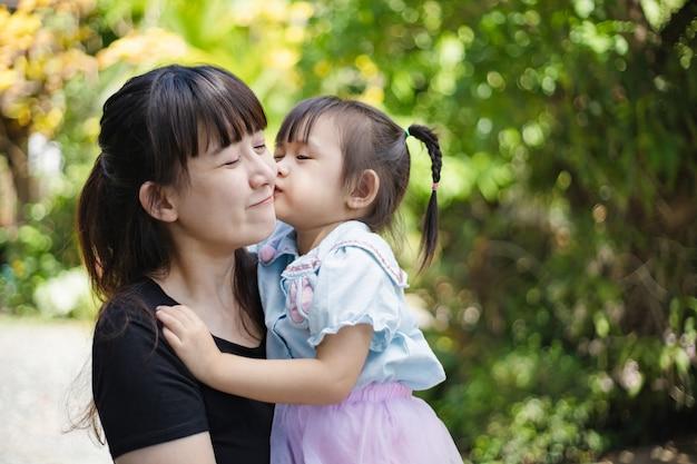 Азиатские люди портрет матери и ребенка, чувствуя себя счастливыми. концепция семейной любви.