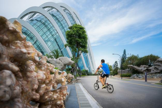 公園で自転車に乗るアジア人
