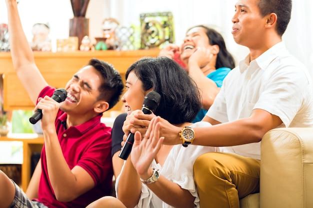 노래방 파티에서 노래하는 아시아 사람들