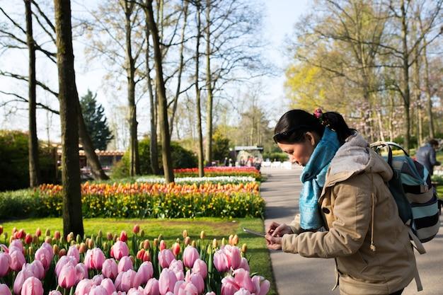 아시아 사람들이 사진을 찍는 튤립 꽃 keukenhof 농장. 봄 기간 .