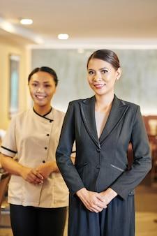 Азиатские люди, работающие в ресторане