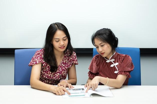 치파오 중국 스타일의 아시아 예쁜 여자 행복하고 개념 성공, 승자, 성공 또는 비즈니스에 미소 사무실에서 회의실에서 큰 행복 즐겁고 동료 토론