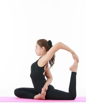 아시아 전문 여교사가 운동과 스트레칭 몸을 보여주고 시연합니다.