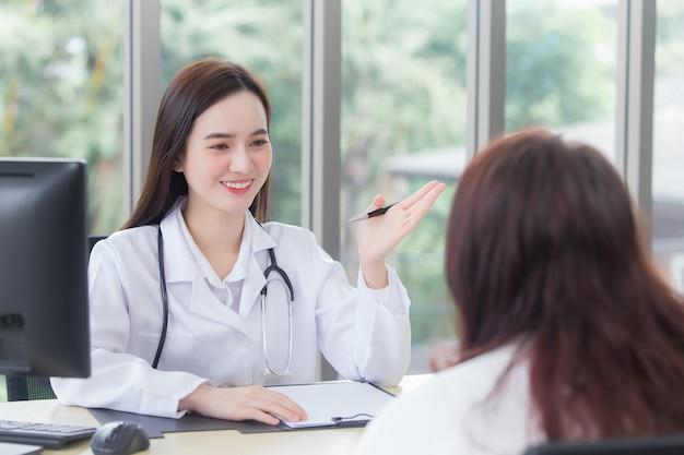 Азиатская профессиональная женщина-врач дает подсказку о медицинской информации своему пациенту